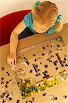 Erhöhte Ansicht eines Mädchens eine Puzzle spielen