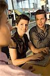 Zwei Geschäftsleute und geschäftsfrau sitzend in einer Besprechung