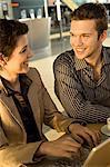 Geschäftsfrau mit einem Geschäftsmann sitzen und Lächeln
