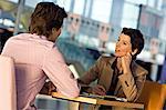 Kaufmann und Kauffrau in einer Besprechung