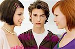 Portrait d'un adolescent avec deux jeunes femmes