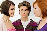 Gros plan d'un adolescent avec deux jeunes femmes