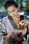 Femme huile près d'un sur sa main à clefs