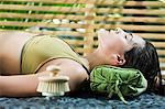 Femme au repos au bord de la piscine