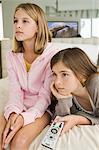 Zwei Mädchen vor dem Fernseher