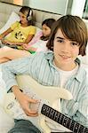 Bildnis eines Knaben, der eine Gitarre spielen