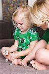 Mädchen spielen Würfel mit ihrem Bruder