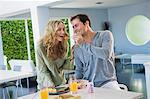 Fütterung Obstsalat zu seiner Frau Mann