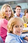 Portrait d'une famille, le petit déjeuner et souriant