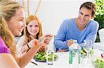 Famille déjeunait et souriant