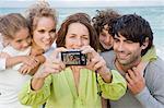 Frau mit einer digitalen Kamera eine Aufnahme ihrer Familie
