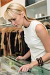 Frau in einer Boutique einkaufen