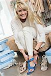 Femme portant une sandale dans une boutique