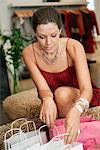 Frau überprüfen Einkaufstaschen in einer boutique