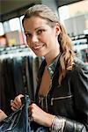 Frau Wahl Kleider in einer boutique