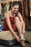 Frau trägt eine Sandale in einer boutique