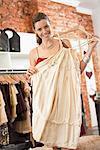 Femme shopping dans une boutique