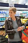 Femme acheter les fruits dans un supermarché