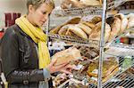 Choix de pains dans un supermarché de femme