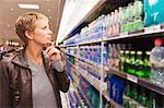 Frau Getränke in einem Geschäft kaufen