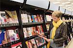 Choix des magazines dans un supermarché de femme