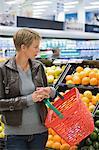 Frau Obst im Supermarkt kaufen