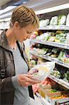 Frau verpackte Lebensmittel im Supermarkt kaufen