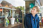 Frau Fenster in einem Geschäft einkaufen
