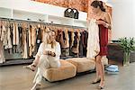 Zwei Frauen in einer Boutique einkaufen