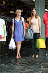 Freundinnen tragen von Einkaufstaschen in einer boutique