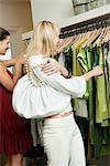 Deux femmes shopping dans une boutique