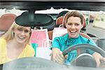 Zwei Frauen sitzen in einem Auto nach dem Einkaufen