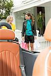 Zwei Frauen gehen in Richtung eines Autos nach dem Einkaufen