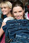Femmes qui choisissent des robes dans une boutique