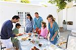 Le petit déjeuner à la table pour les repas de famille