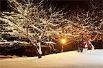 Junges Paar, Wandern im Schnee bei Nacht