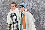 Junges Paar, umarmen, Wandern im Schnee