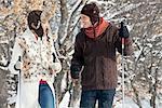 Junges Paar, Schneeschuhwandern