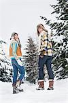 Junges Paar Wandern im Schnee, im Rückblick