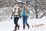 Junges Paar, Wandern im Schnee, eine Schlitten ziehen