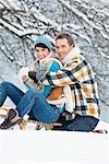 Junges Paar, umarmen, auf Schlitten