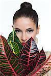 Jeune femme tenant des feuilles