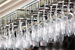 Support de verres à vin en verre de vin dans un bar