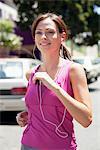 Schöne junge Frau, mp3-Player beim Joggen anhören