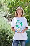 Porträt einer Frau, die Wasserflaschen in der hand halten