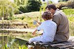 Père et fils de pêche dans un lac