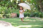 Adorable petite fille tenant un parapluie