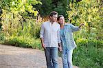 Happy mature Couple in einem Garten zu Fuß