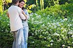 Happy mature Couple romancing in einem Garten