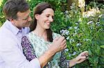 Happy mature Couple Blick auf Blumen in einem Garten